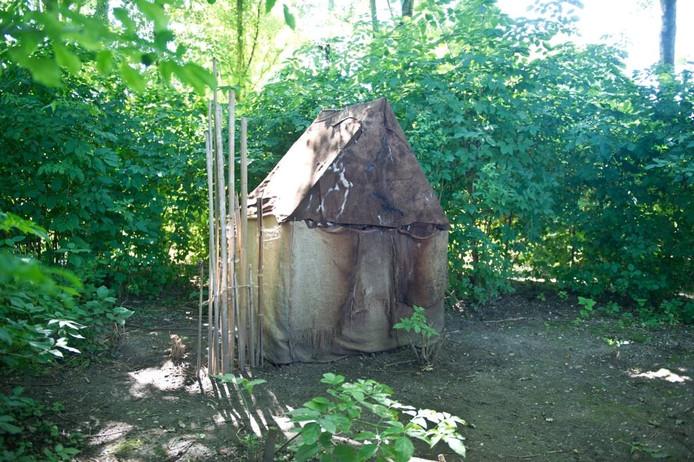 Ger Driessen uit Nijmegen gebruikte onder andere koeienhuid, jute, bamboe en takken om dit hutje te maken. Hij beschrijft het als huisje dat staat tussen stad en polder.