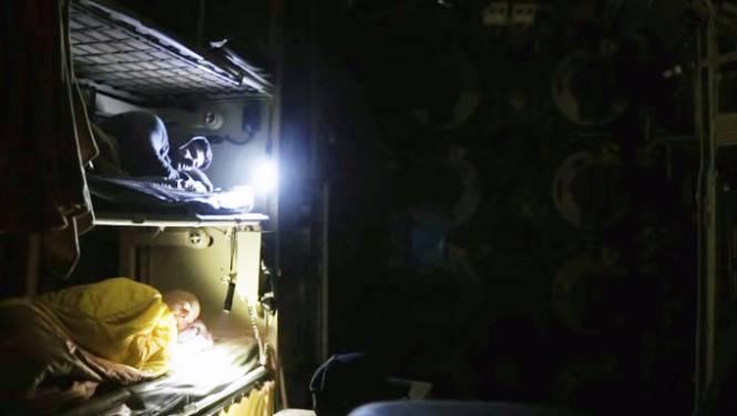 VIDEO: Avonturiers zwemmen naar verlaten legerduikboot en brengen er stiekem nacht door in torpedokamer