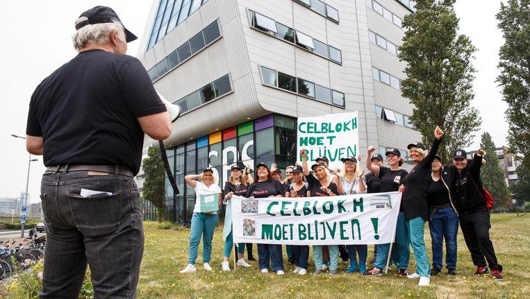 In plaats van de verwachte 200 mensen staan er een kleine 25 bij het hoofdkantoor van SBS Nederland. Beeld Carly Wollaert