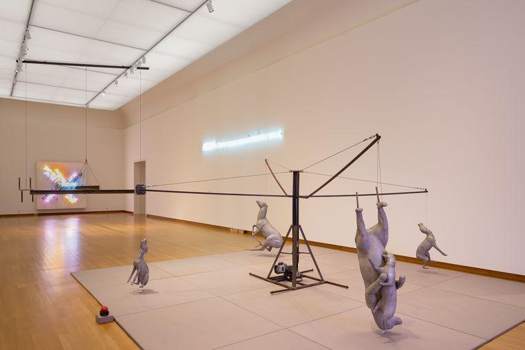 Carrousel (1988) van Bruce Nauman in het Stedelijk Museum in Amsterdam. Eigenlijk horen de dieren over de grond te slepen, maar daarvan slijten de beelden te veel.  Beeld Peter Tijhuis