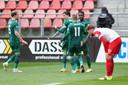 Berghuis viert de 2-1 met zijn medespelers.