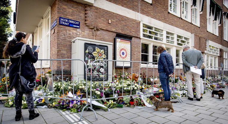 Mensen hebben bloemen neergelegd bij het kantoor van de doodgeschoten advocaat Derk Wiersum. De raadsman van kroongetuige Nabil B. werd op straat in Amsterdam-Buitenveldert geliquideerd. Beeld ANP