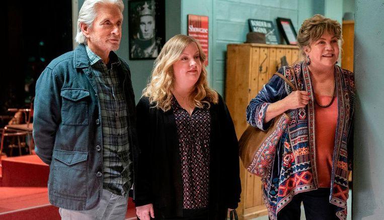 Vanaf links: Michael Douglas, Sarah Baker en Kathleen Turner in het laatste seizoen van The Kominsky Method.  Beeld