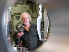 Kunstenaar John Spek uit Ermelo al vijftig jaar in het vak: hard van buiten, zacht van vorm