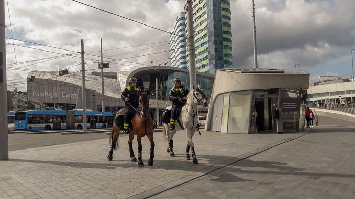Politie te paard houdt een oogje in het zeil bij station Arnhem Centraal. In heel Arnhem geldt een noodbevel in verband met de wedstrijd Vitesse-Anderlecht.