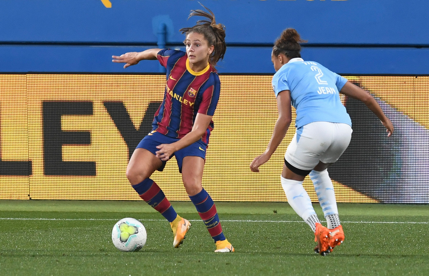 Lieke Martens in actie tegen PSV in de Champions League.