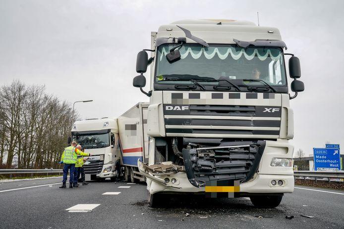 Twee vrachtwagens kwamen met elkaar in botsing.