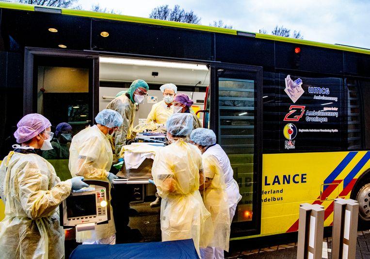 Het vervoer van intensive care naar intensive care  gaat met een Mobiele Intensive Care Unit (MICU), een soort vrachtwagen. Beeld Hollandse Hoogte /  ANP