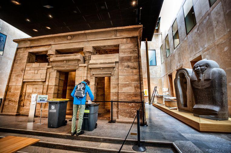 Stemmen in het Museum voor Oudheden in Leiden waar de stembussen voor de beroemde Egyptische Tempel van Taffeh staan. Beeld Raymond Rutting / de Volkskrant