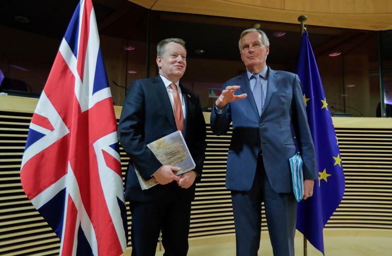 De onderhandelaren Michel Barnier (R) namens de EU, en David Frost (L) namens het VK op 13 december.  Beeld EPA