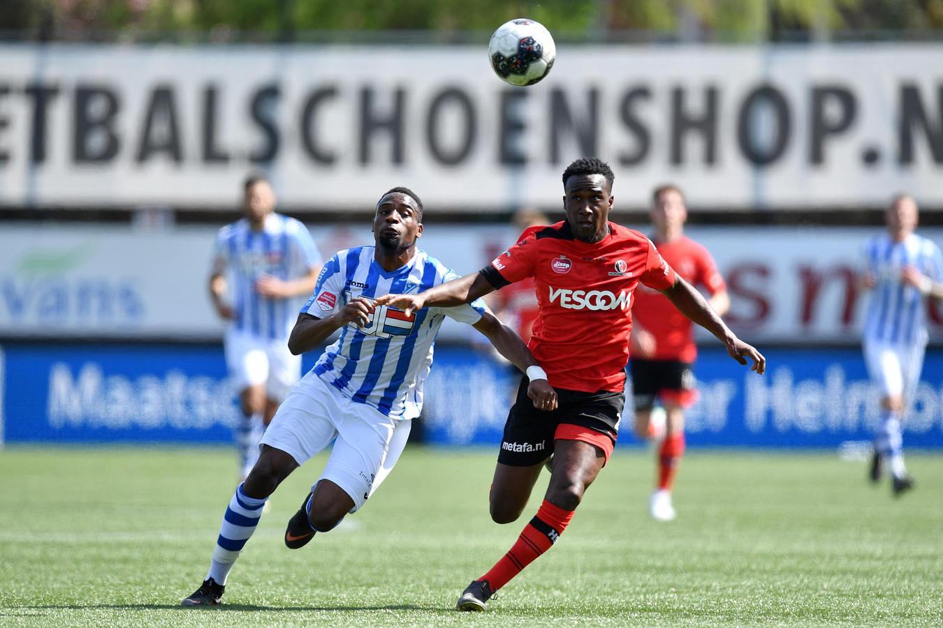 Richelor Sprangers (Helmond Sport) in actie met Elton Kabangu van FC Eindhoven.