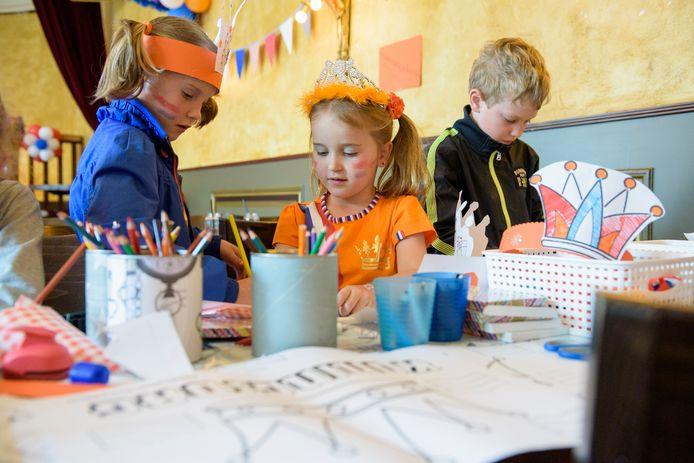 """OIRSCHOT - Kinderen maken hun eigen kroon bij """"De Burgemeester"""""""