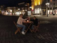 Kristel dineert met zoontje (7) midden op Bossche Markt uit stil protest: 'Een jaar is voor een kind extra lang'