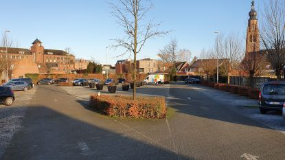 """Parking Van Cuyck dreigt verkocht te worden omdat kerkfabriek centen nodig heeft: """"Koop ze alsjeblieft, want die plaatsen hebben we nodig"""""""