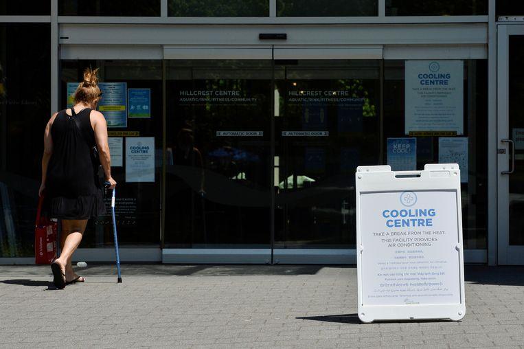 Een  vrouw gaat een 'afkoelcentrum' binnen in Vancouver. Beeld REUTERS