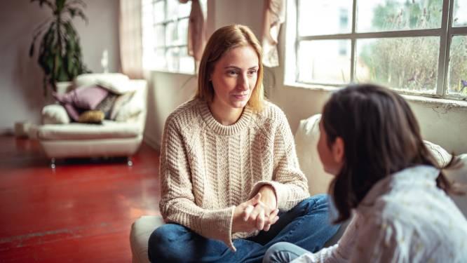 """""""Ga niet preken, moraliseren of voorspellen"""", expert deelt tips voor een goed gesprek tussen moeder en dochter"""