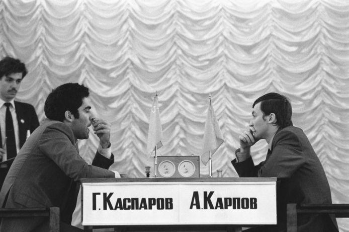 Eeuwige rivalen Garry Kasparov en Anatoly Karpov tijdens de eerste match van het WK-schaken in 1984.
