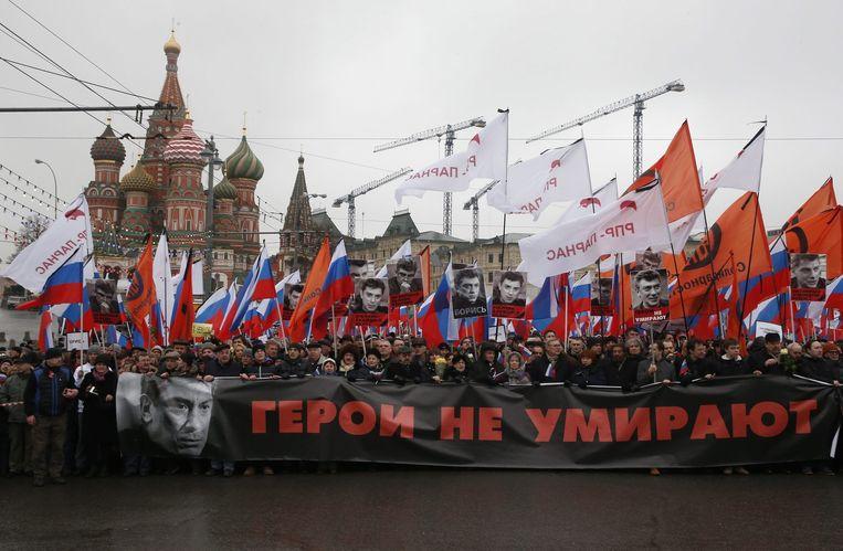 'Helden sterven niet', staat er op het spandoek dat zondag ik Moskou wordt meegedragen in de rouwdemonstratie voor de vermoorde Boris Nemtsov Beeld anp