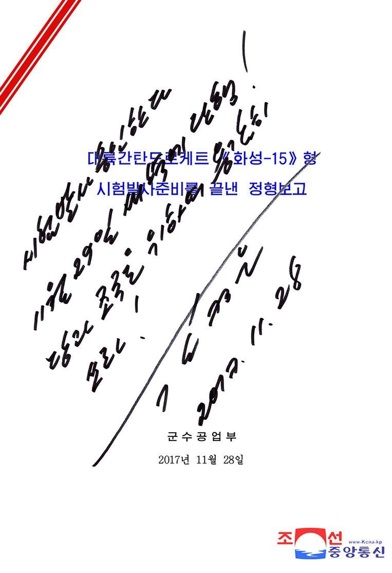 Handschrift van Kim Jong-un die in 2017 langeafstandsraket Hwasong-15 laat lanceren Beeld AFP