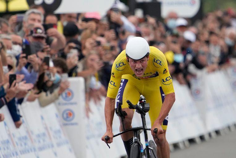 Mathieu van der Poel komt over de finish na de tijdrit. Beeld AP