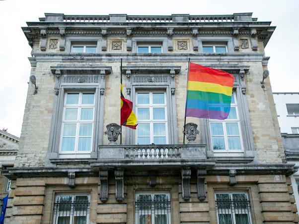 Face au refus de l'UEFA de laisser le stade de Munich, qui accueillera en soirée la rencontre Allemagne-Hongrie du premier tour de l'Euro 2020 de football, s'illuminer aux couleurs de la communauté LGBT, plusieurs lieux emblématiques en Belgique ont arboré le drapeau arc-en-ciel. Le Parlement fédéral en fait partie.