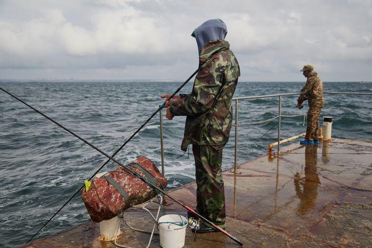 Vissers aan de Zwarte Zee. Na het uitbaggeren van de vaargeul kunnen VS-fregatten vanuit deze zee naar de marinebasis van Cherson. Beeld Pierre Crom