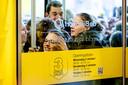 Koopjesjagers verdringen zich bij de ingang van de Bijenkorf tijdens de start van de Drie Dwaze Dagen, de jaarlijkse uitverkoop van het warenhuis.