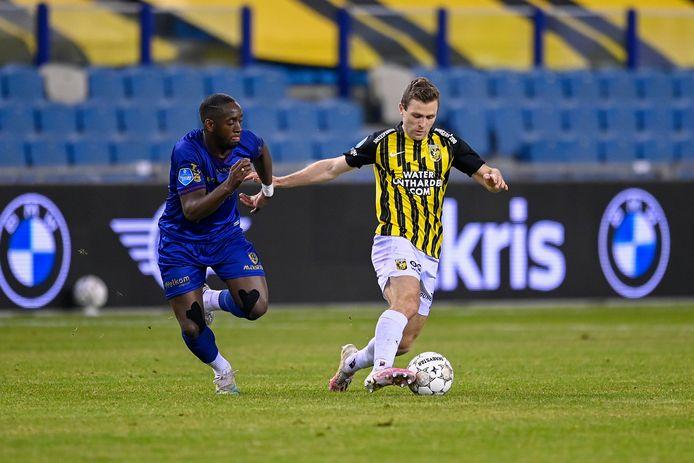 Sondre Tronstad in duel met Torino Hunte van VVV.