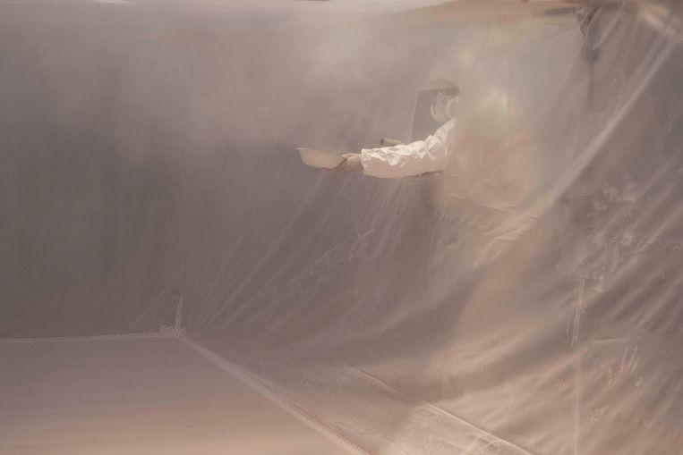 Het vernevelen van het stof van menselijke botten voor de installatie 'This body that once was you' in Felix Meritis. Beeld Foto: Vibeke Mascini