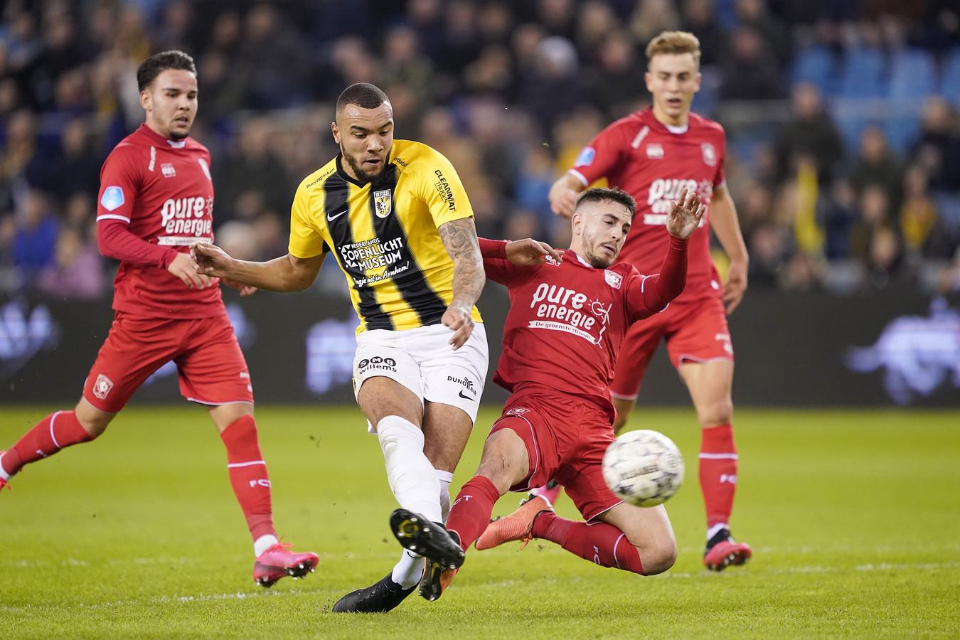 Het slotstuk van een machtige solo. Jay-Roy Grot vuurt af voor Vitesse. Julio Pleguezuelo komt te laat met zijn tackle.
