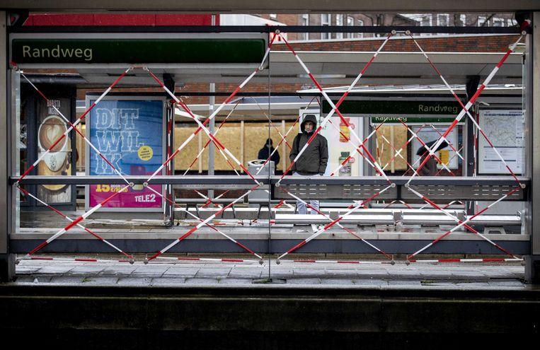 Schade aan tramhokjes op de Beijerlandselaan, de dag na de rellen.  Beeld ANP