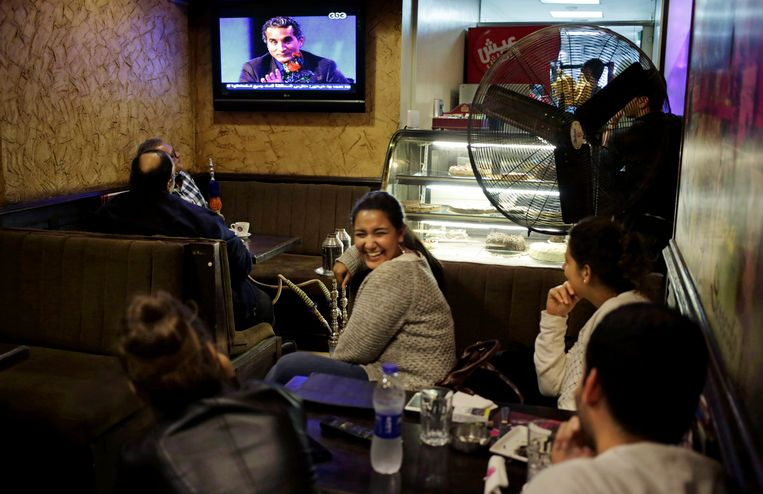 Egyptische tv-kijkers zondag tijdens de eerste uitzending van komiek Bassem Youssef in het nieuwe seizoen. Beeld AP