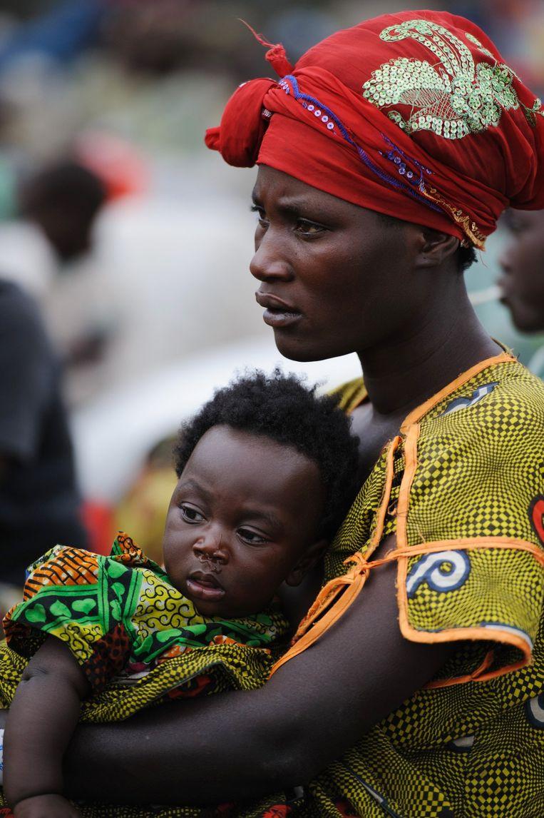 Een Congolese vrouw en haar kind op de vlucht voor oorlog en geweld in Monigi, Goma. Beeld AFP