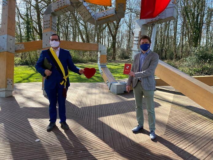 Koppels kunnen voortaan ook huwen in park Bel Air: burgemeester Eddy Bevers (N-VA) en N-VA-fractieleider Jeroen De Jonghe.