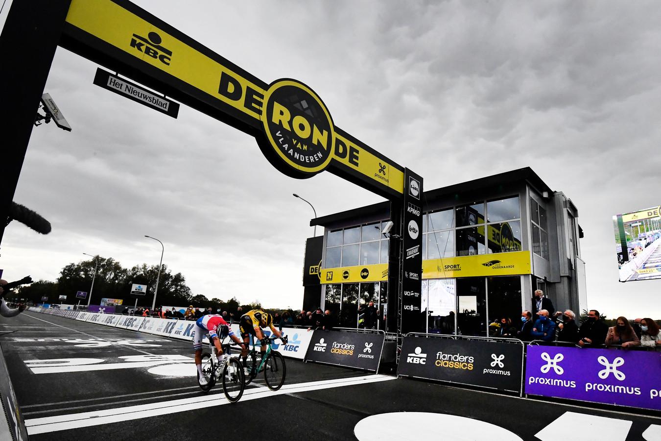 Van der Poel klopte Van Aert met een half wiel in de Ronde van 2020.