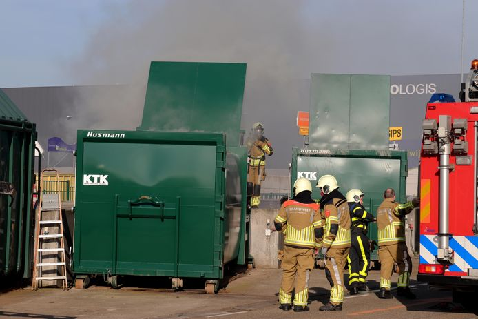De container met restafval stond even in brand.
