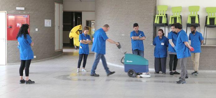 In Antwerpen zijn 15 vluchtelingen afgestudeerd als professioneel schoonmaker. Ze volgden een intensief opleidingstraject van drie maanden, met onder meer een cursus vaktechnisch Nederlands.