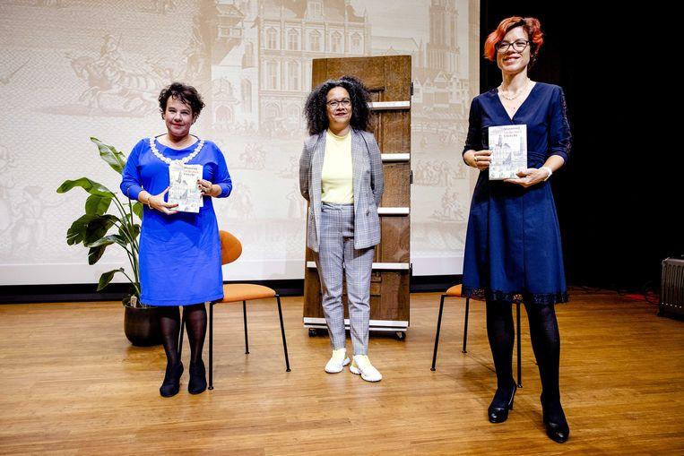Burgemeester Sharon Dijksma, Nancy Jouwe en wethouder Linda Voorman (Diversiteit) tijdens de presentatie van het boek Slavernij en de stad Utrecht. Beeld ANP