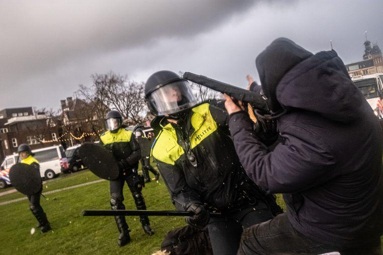 Hoewel een anti-lockdownprotest was afgelast, kwamen zondag 17 januari toch demonstranten naar het Museumplein in Amsterdam. De situatie liep snel uit de hand toen zij weigerden naar huis te gaan. Beeld Joris van Gennip