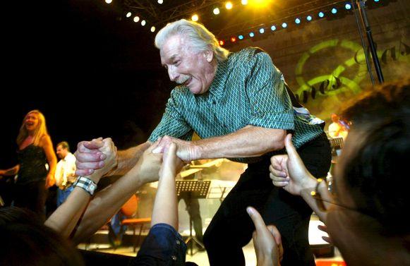 James Last groet zijn Chinese fans bij een optreden in Guangzhou. Foto uit 2002.