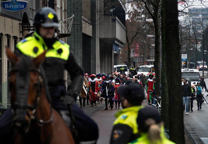 De demonstranten van onder meer Pegida verlaten het Stadhuisplein in Eindhoven.