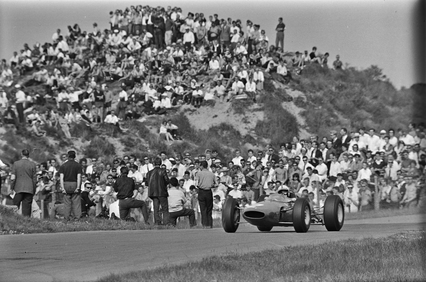 1964: De Brit Jim Clark op weg naar de zege in Zandvoort.