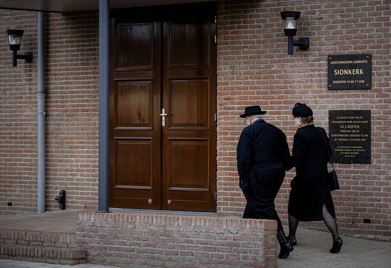 Kerkgangers betreden de Sionkerk op Urk.  Beeld ANP