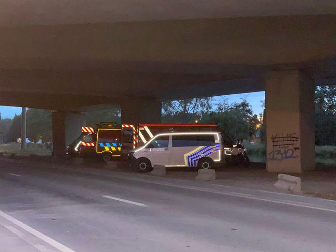 Politie en brandweer waren urenlang in de weer onder de brug van de E17 in Stasegem.