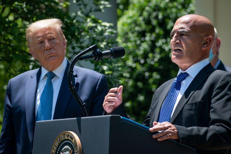 President Trump prees Moncef Slaoui als 'een van de meest gerespecteerde experts in productie van vaccins'. Beeld Getty Images