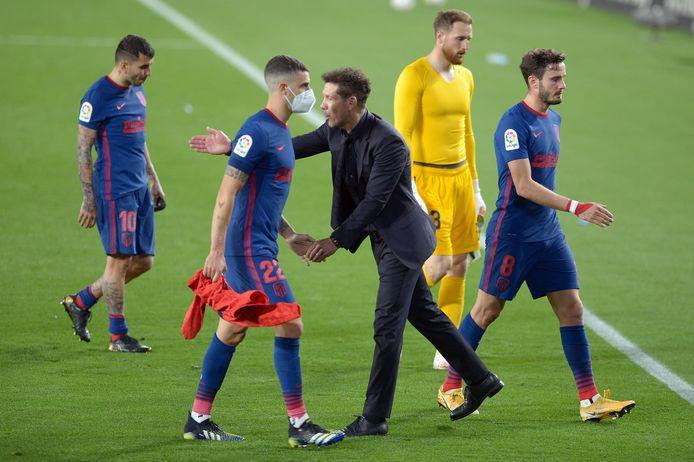 Diego Simeone troost zijn spelers na het volgende puntenverlies in Sevilla.