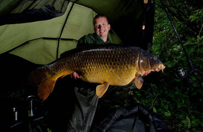 Edwin van Gameren met een van zijn grote vangsten: een karper van 19,1 kilo. Maar een vis van 20 kilo is het niet...