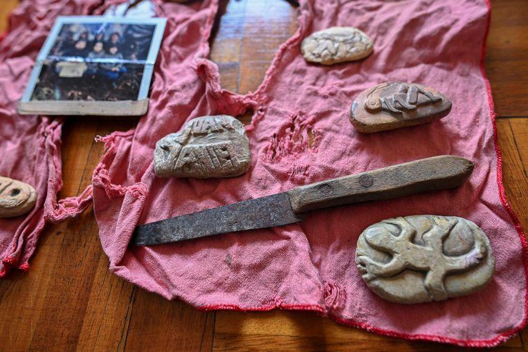 In het virtuele museum van de Waarheidscommissie van Colombia, die de oorlog tegen de revolutionaire Farc onderzoekt, zijn de bezittingen van de destijds ontvoerde Isabella Vernaza tentoongesteld. Zij kerfde in het oerwoud met haar mes beeltenissen in hout en stenen. Er zaten in totaal 37.000 mensen illegaal vast tussen 1958 and 2018.  Beeld AFP