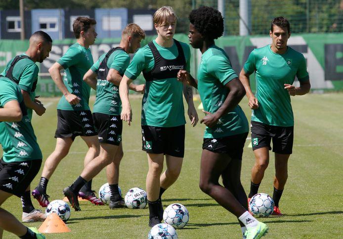 """De blonde Jesper Daland tijdens de training met onder anderen Vitinho, Van Der Bruggen, Lopes en Hoggas: """"Hanche-Olsen en Thorstvedt vertelden me niks dan positiefs over de Belgische competitie."""""""