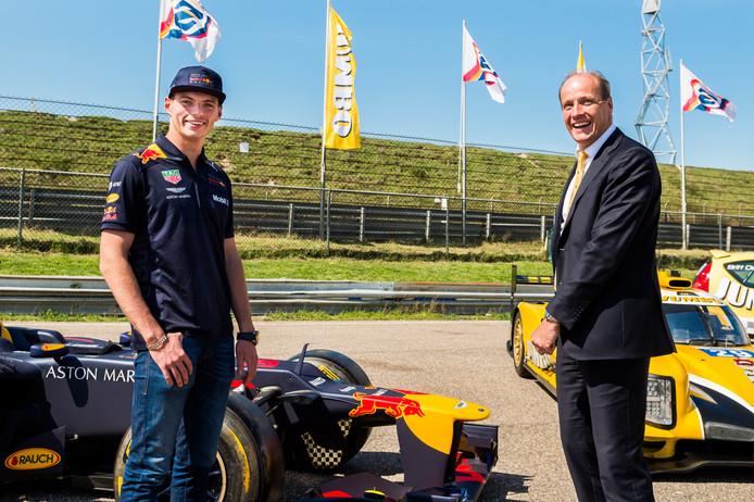 Algemeen directeur Frits van Eerd (r) van Jumbo Supermarkten met Max Verstappen.